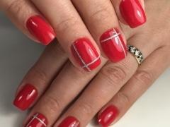 Дизайн тонкими лентами на красном покрытии