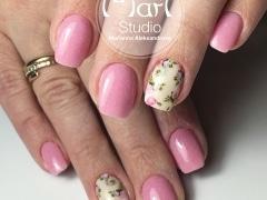 Розовое покрытие с цветочным принтом