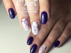 Фиолетово-белый маникюр с дизайном мрамор
